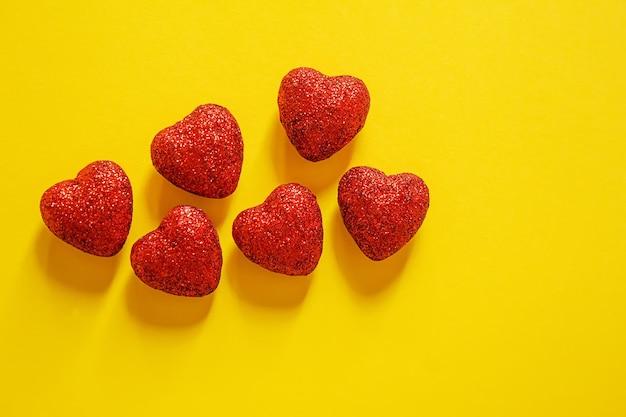 バレンタインデーの背景。ギフト。封筒。箱の中の心。バレンタインデーのコンセプト。セレクティブfocus.holidays