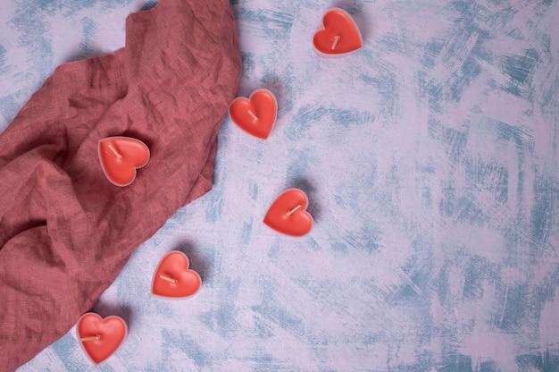 발렌타인 데이 배경. 핑크 꽃, 봉투, 파스텔 핑크 바탕에 하트. 발렌타인 데이 개념. 평면 위치, 평면도, 복사 공간