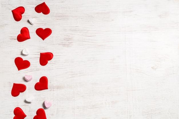 バレンタインデーの背景。赤いハートとマシュマロ。サンバレンタインと愛の概念。