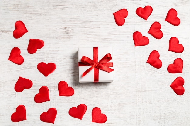 ギフトと赤いハート、上面図とバレンタインデーの背景。サンバレンタインと愛の概念。