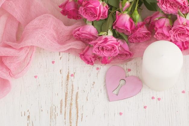 День святого валентина фон с сердцем, свечи и розы.