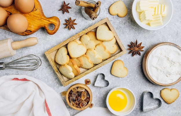 발렌타인 데이 베이킹 요리 배경. 나무 식탁에서 요리하기위한 재료, 과자 제조법 제빵. 하트 모양 쿠키. 평면도. 평평하다.