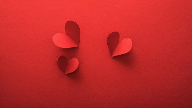 バレンタインデーのバナー、赤い紙にヘラツペーパーアートスタイル