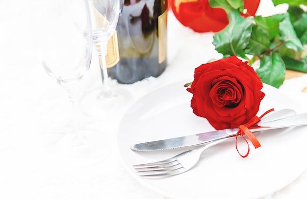 День святого валентина. красивая второстепенная поздравительная открытка с розой. выборочный фокус.
