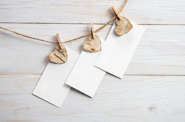 木製の背景にハートのバレンタインデーの空白のギフトカード。