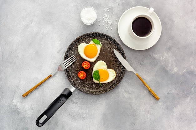 バレンタインデーの朝食はハート型のスクランブルエッグです
