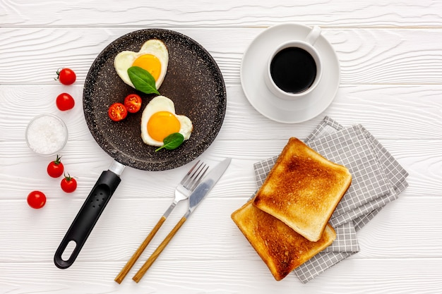 День святого валентина завтрак - яичница с сердечком.