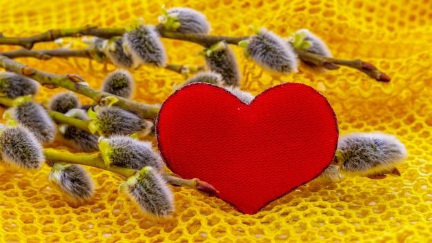 イヤリングと柳の枝の近くにハートのバレンタインデーカード