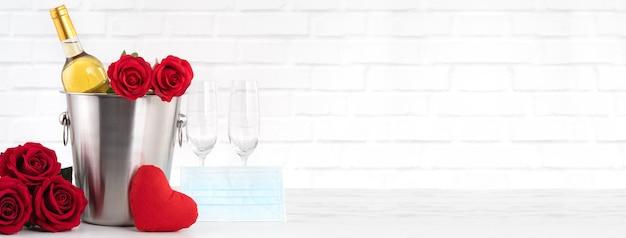 이 힘든 시간 동안 와인, 꽃다발 및 얼굴 마스크 보호 개념으로 발렌타인 데이 축하.