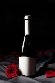 Бутылка шампанского на день святого валентина и розы