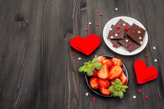チョコレート、新鮮な熟したイチゴ、赤い繊維の心とバレンタインの組成