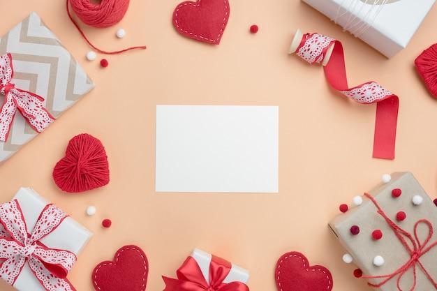 선물 및 수제 하트 발렌타인 구성. 텍스트에 대 한 빈 카드와 함께 상위 뷰입니다.