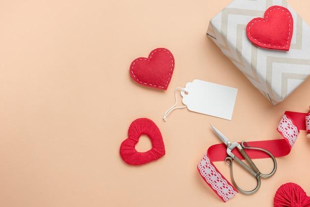 선물 및 수제 하트 발렌타인 구성. 텍스트에 대 한 빈 태그가있는 상위 뷰.