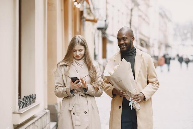 バレンタインデーのコンセプト。人々は外を歩きます。都市の混血。