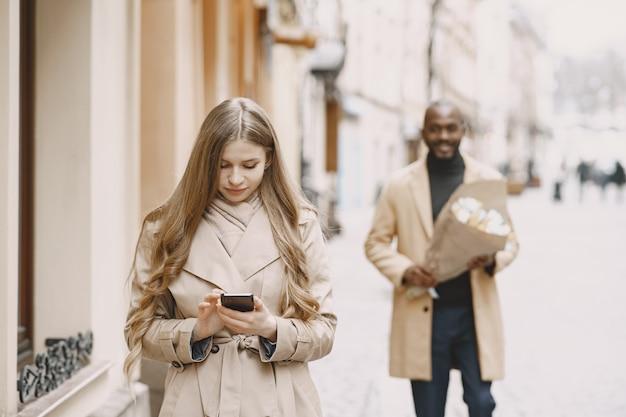 발렌타인 데이 개념. 사람들은 밖으로 걸어갑니다. 도시의 혼합 된 사람들. 프리미엄 사진