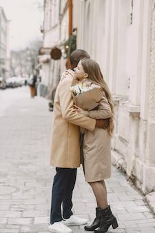 발렌타인 데이 개념. 사람들은 밖으로 걸어갑니다. 도시의 혼합 된 사람들.