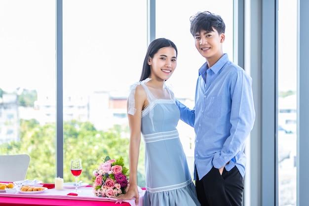 バレンタインデーのコンセプト、ロマンチックなアジアの若い幸せな甘いカップルの肖像ランチ後レストランの背景で、ラブストーリーカップル