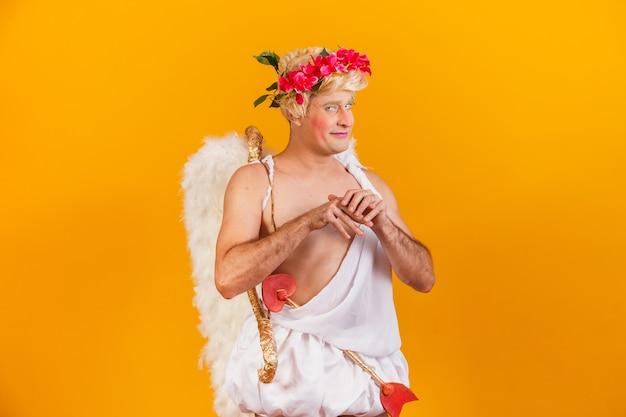 Концепция дня святого валентина. портрет бога любви - купидона с луком и стрелами.
