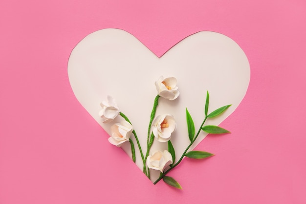 バレンタインデーのコンセプト。すべての愛好家の休日。紙と花でできたハート。
