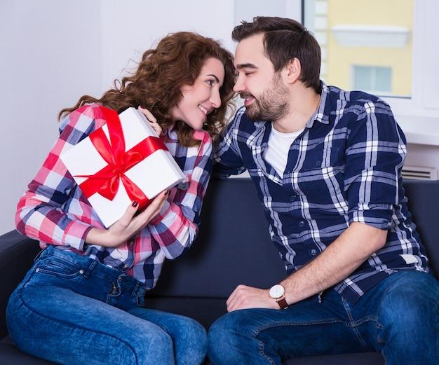 발렌타인 데이 개념 - 집에 선물 상자가 있는 젊은 행복한 커플