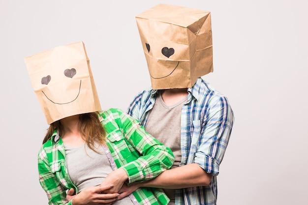발렌타인 데이 개념 - 흰색 배경에 머리 위에 가방을 든 젊은 부부