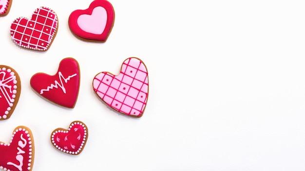 Плоское печенье ко дню святого валентина лежит с копией пространства. фото высокого качества