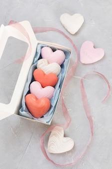 リボンで飾られたギフトボックスのバレンタインデーのクッキー。