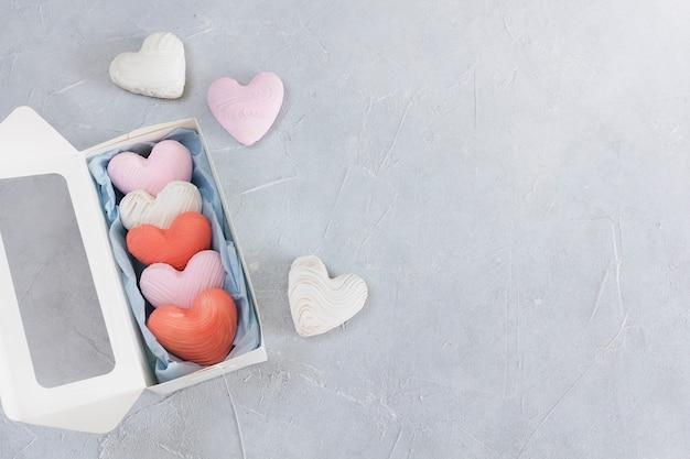 コピースペースのあるコンクリートのギフトボックスにバレンタインデーのクッキー。