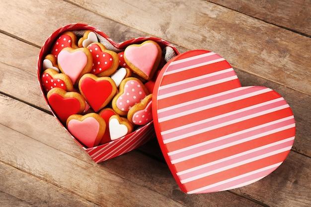 木製の背景のギフトボックスにバレンタインデーのクッキー