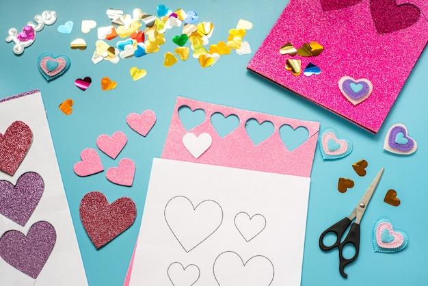 バレンタインデーのクラフトのアイデア、キラキラフォームシートのハートと装飾