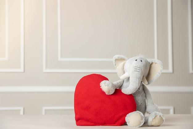 バレンタインデー、心を抱くかわいいぬいぐるみ、