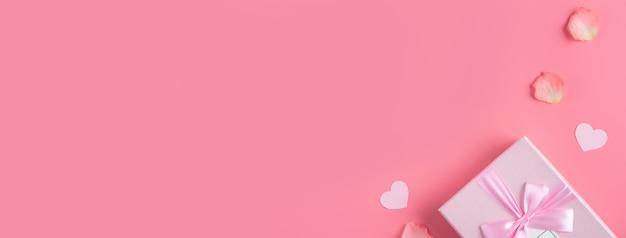 ピンクの花びらとギフトボックスとバレンタインデーのデザインコンセプトの背景
