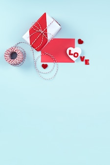 발렌타인 디자인 개념-빨간색, 흰색 포장 된 선물 상자는 밝은 파란색 배경에 고립