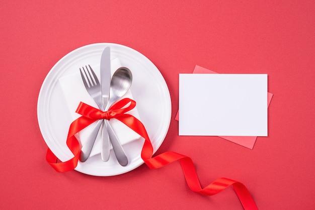 Концепция дизайна ко дню святого валентина - посуда для романтического ужина