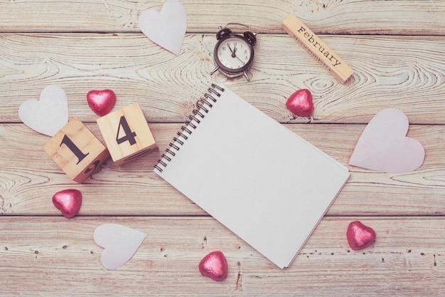 День святого валентина. пустой пустой блокнот, подарочная коробка, цветок