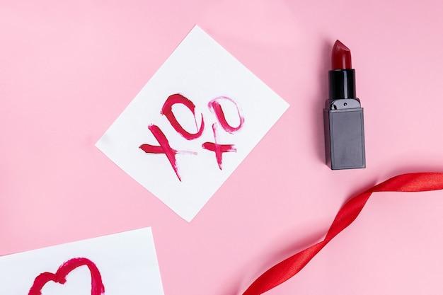 립스틱과 메시지 xoxo가 키스를 의미하는 발렌타인 데이 플랫 레이 구성