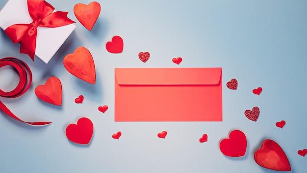 복사 공간이 빨간색과 차가운 회색 색상의 발렌타인 데이 플랫 누워 템플릿