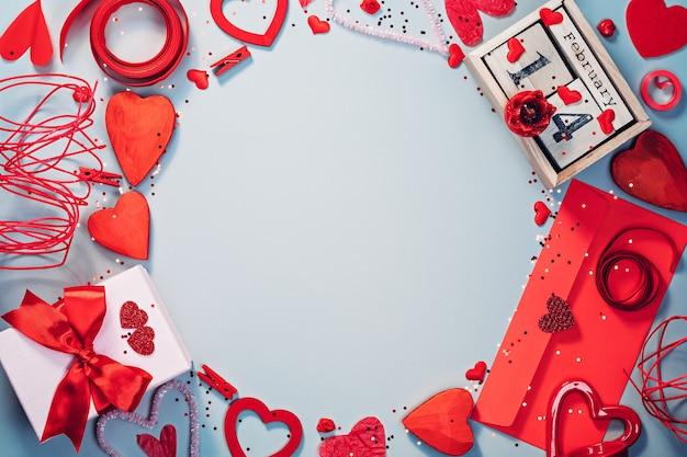 빨간색과 차가운 회색 색상의 발렌타인 데이 플랫 누워 템플릿
