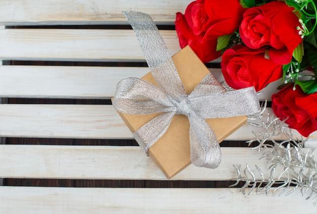 バラの花と弓でバレンタインデーのギフトボックス