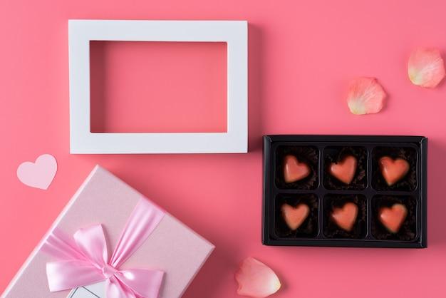 Концепция дизайна подарка ко дню святого валентина на розовом фоне