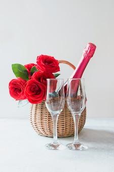 발렌타인 선물 바구니, 빨간 장미 꽃다발, 샴페인 화이트.