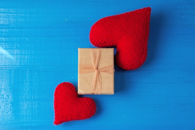 Подарок ко дню святого валентина на синей деревянной поверхности