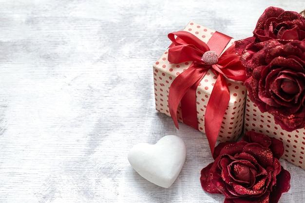 Подарок на день святого валентина с декоративными розами и белым сердцем