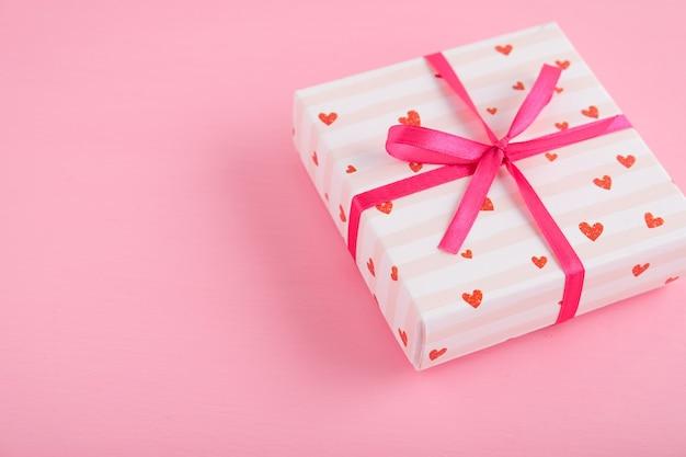 バレンタイン・デー。ピンクのテーブルのギフト