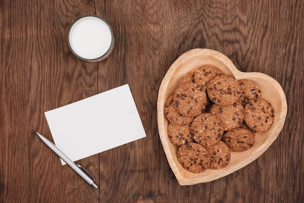 발렌타인 데이. 탁자 위의 접시에 있는 우유와 쿠키 한 잔, 위쪽
