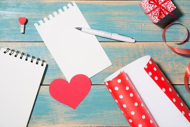 木製の背景の上のバレンタインデーのグリーティングカード。コピースペースのある上面図