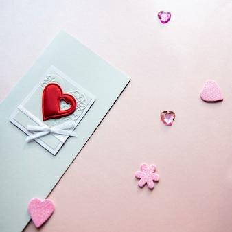 Открытка ко дню святого валентина с красным сердцем, изолированным на ярко-розовом фоне, квадрат