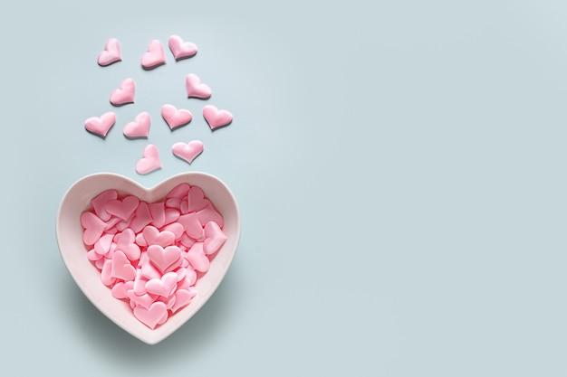 복사 공간와 파란색 배경에 핑크 하트와 발렌타인의 날 인사말 카드. 위에서 봅니다. 평평하다.