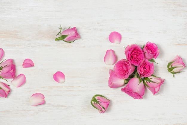 나무 배경 위에 장미 꽃과 함께 발렌타인의 날 인사말 카드. 복사 공간이 있는 상위 뷰