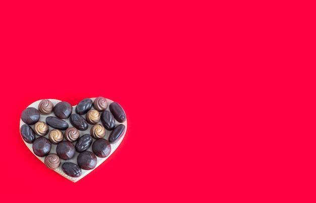 발렌타인 하트 모양의 빨간색 초콜릿 상자
